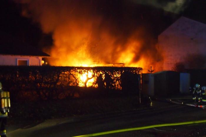 2 Fahrzeuge durch Brand in Carport vernichtet – Wohnhaus gerettet!
