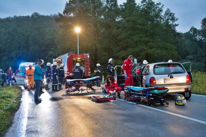 B34: Autofahrer bei Verkehrsunfall eingeklemmt