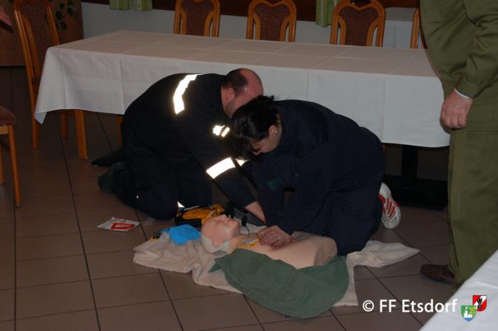 Wie geht man richtig mit einem Defibrillator um?
