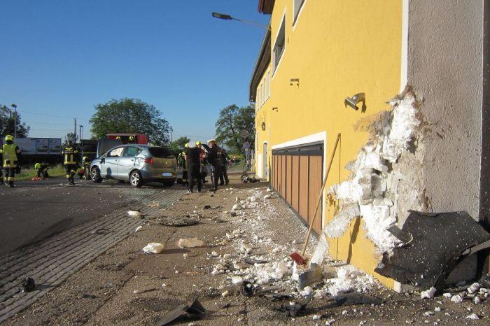 Verkehrsunfall in Hadersdorf / PKW gegen Hausmauer