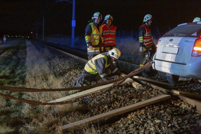 PKW auf Gleisanlage